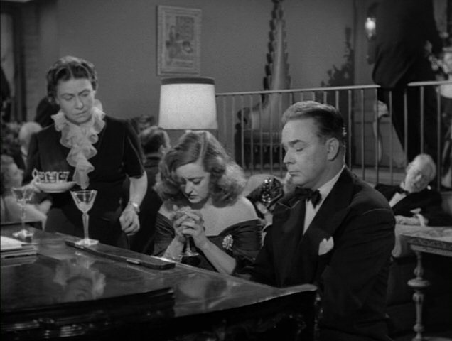 Bette-in-All-About-Eve-bette-davis-4476966-636-480